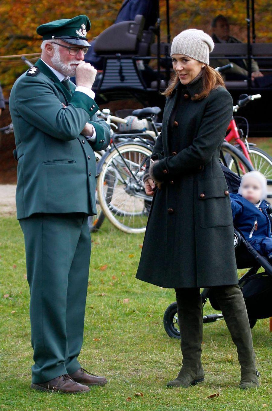 La princesse Mary de Danemark dans un manteau Burberry, le 5 novembre 2017