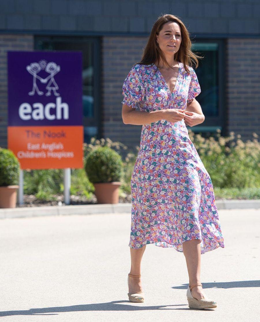 Kate Middleton, duchesse de Cambridge, dans une robe Faithfull the Brand, le 27 juin 2020