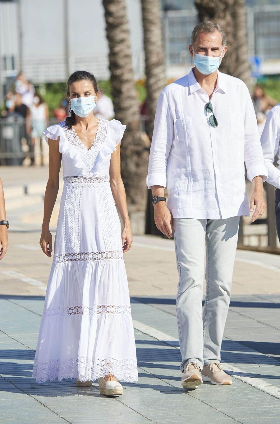 La reine Letizia d'Espagne, dans une robe Charo Ruiz, le 17 août 2020