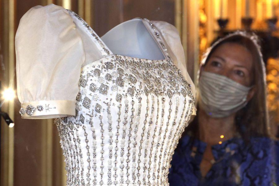 Détail de la robe de mariée de la princesse Beatrice d'York exposée au château de Windsor, le 23 septembre 2020
