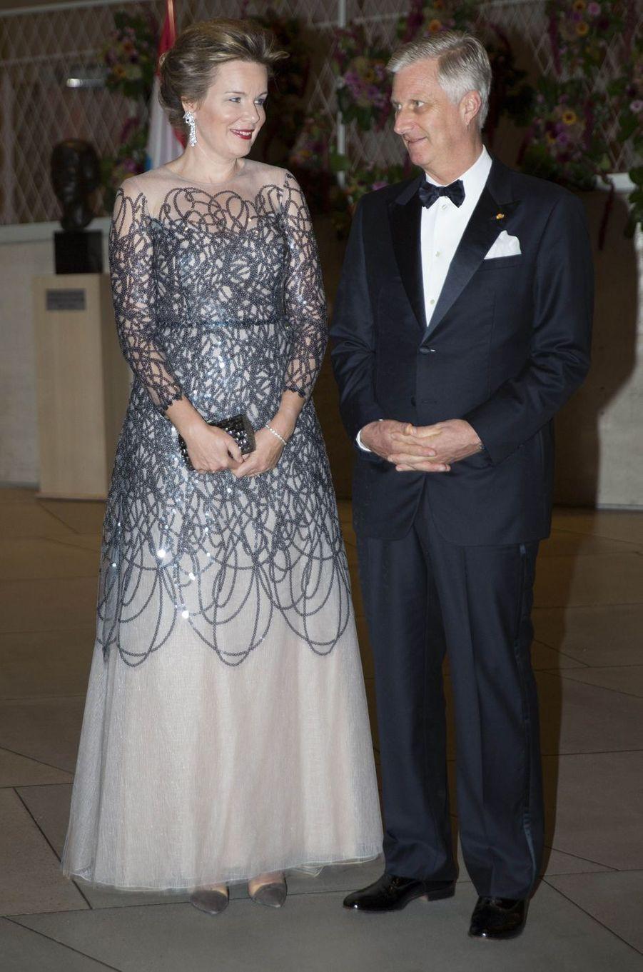 La reine Mathilde de Belgique dans une robe Natan, le 16 octobre 2019 à Luxembourg