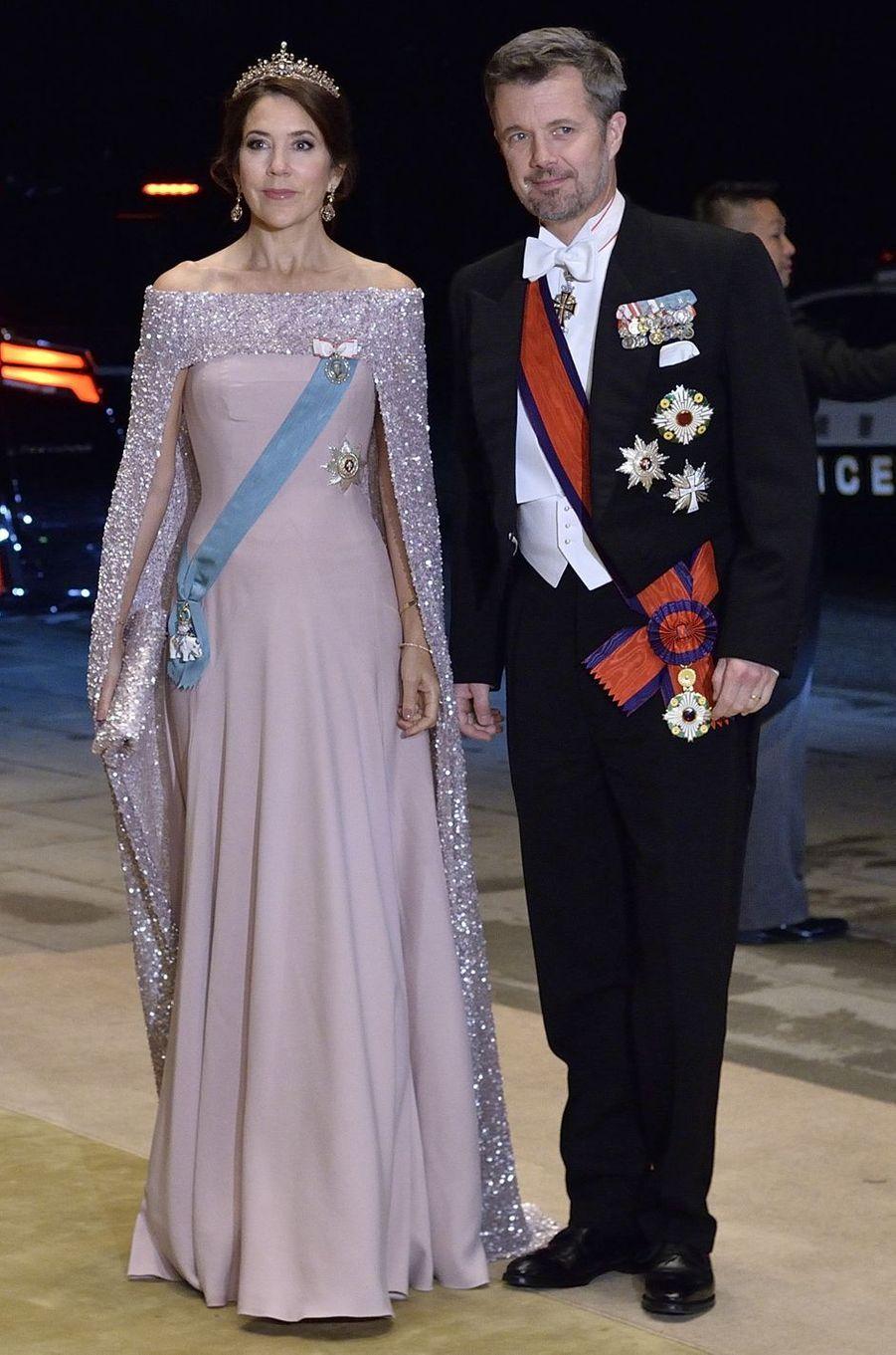 La princesse Mary de Danemark dans une robe Birgit Hallstein et une cape Jesper Hovring, à Tokyo le 22 octobre 2019