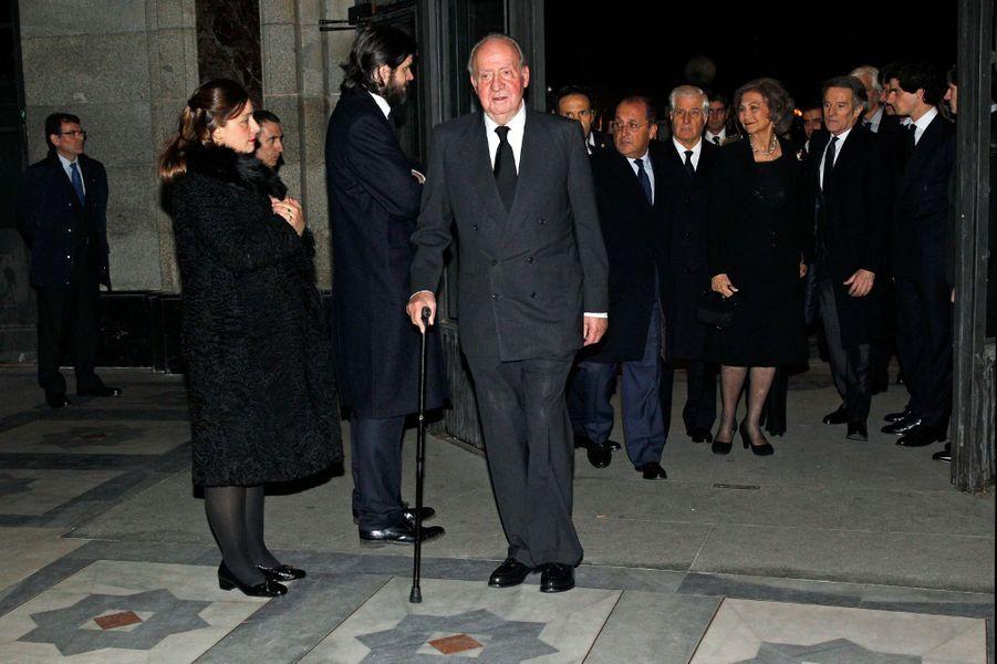 L'ex-roi d'Espagne Juan Carlos et l'ex-reine de Sofia arrivent à la messe d'adieu de Cayetana à Madrid, le 15 décembre 2014