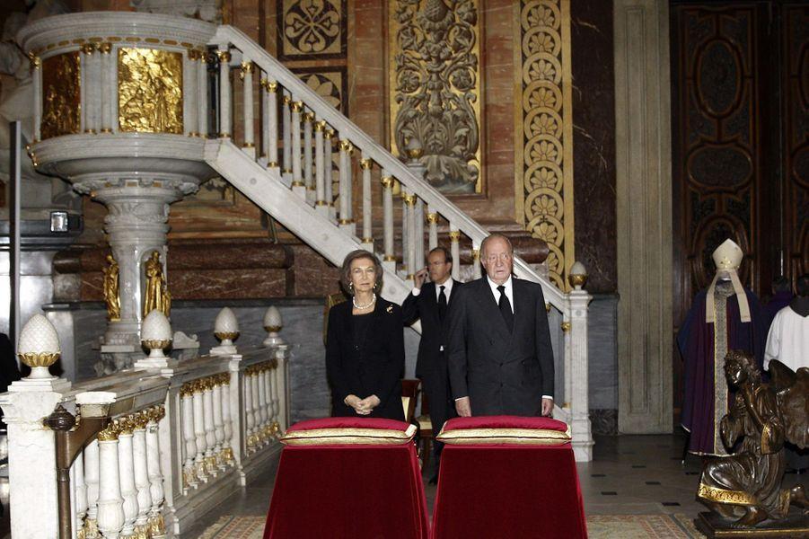 L'ex-roi d'Espagne Juan Carlos et l'ex-reine de Sofia assistent à la messe d'adieu de Cayetana à Madrid, le 15 décembre 2014