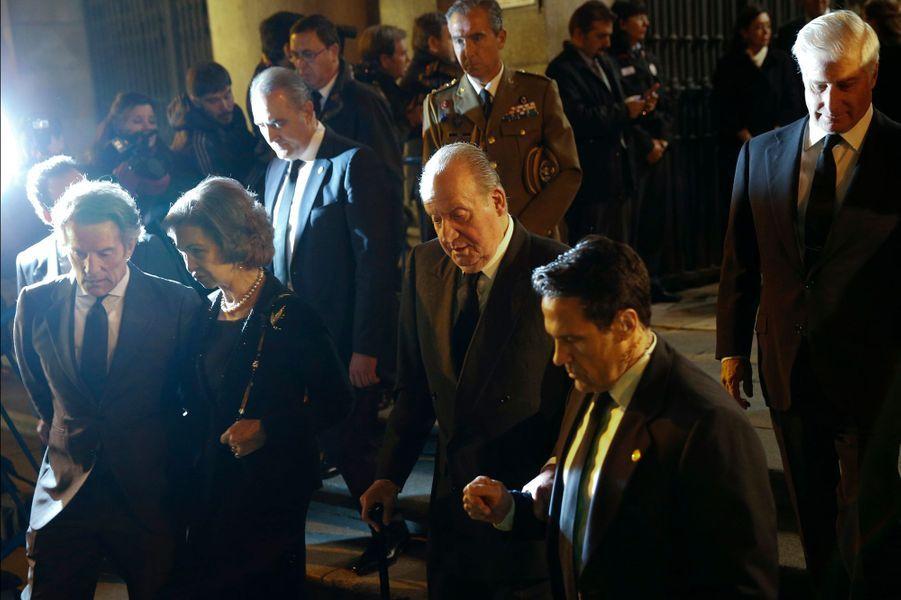 L'ex-roi d'Espagne Juan Carlos et l'ex-reine de Sofia quittent l'église à Madrid, le 15 décembre 2014