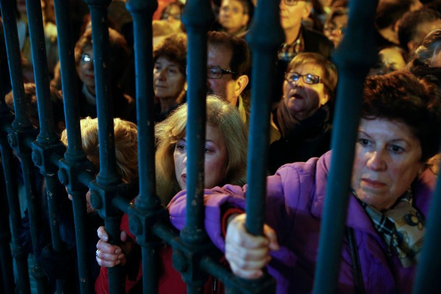 La foule rassemblée à l'extérieur pour la messe d'adieu de Cayetana à Madrid, le 15 décembre 2014