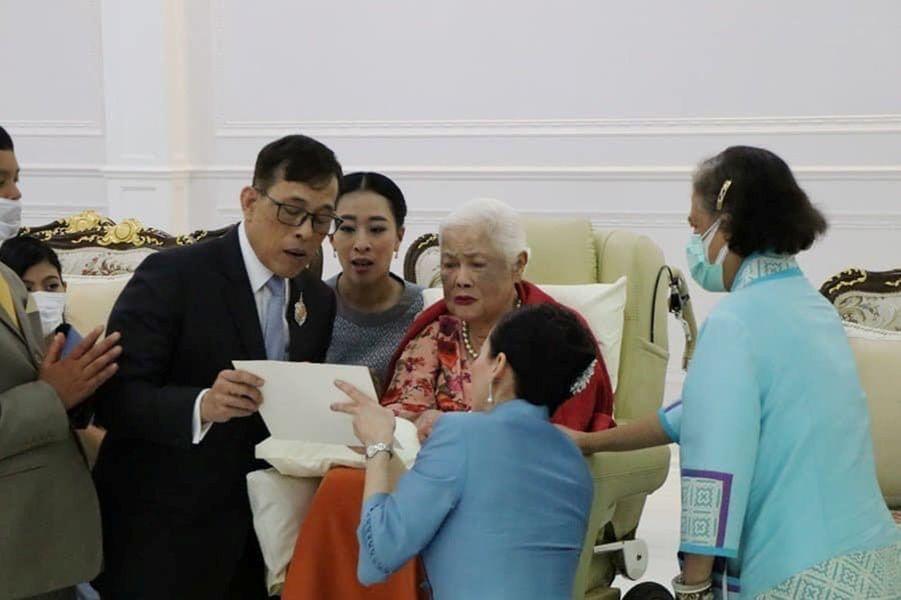 L'ancienne reine Sirikit de Thaïlande avec sa fille à Bangkok, le 12 août 2020, jour de ses 88 ans