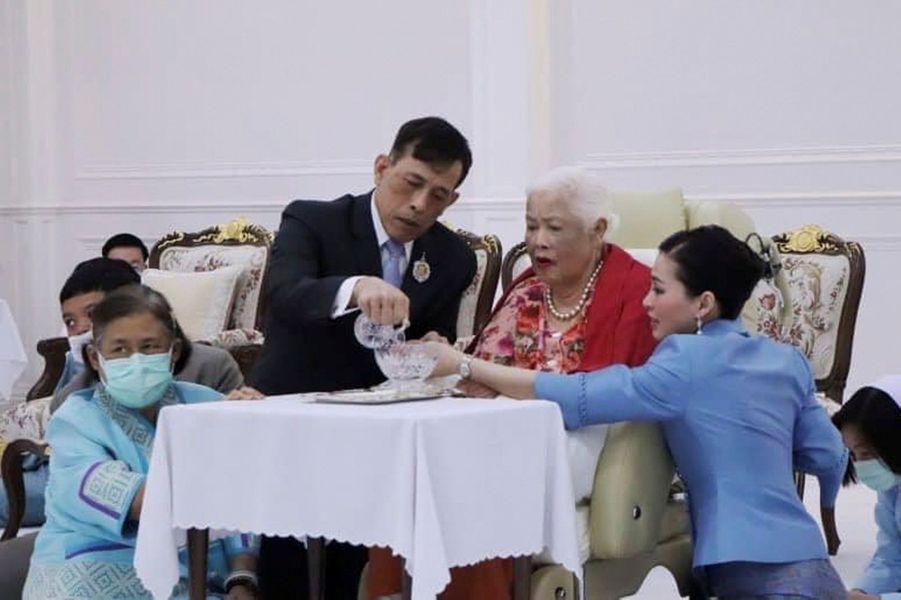 L'ancienne reine Sirikit avec son fils le roi de Thaïlande Maha Vajiralongkorn, sa fille la princesse Maha Chakri Sirindhorn et sa belle-fille la reine Suthida à Bangkok, le 12 août 2020, jour de ses 88 ans