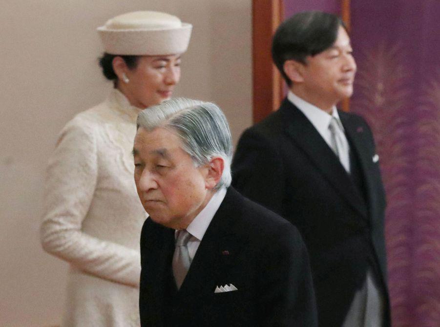 L'empereur Akihito du Japon, le prince Naruhito et la princesse Masako, à Tokyo le 30 avril 2019