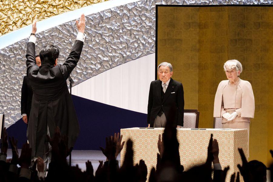 L'impératrice Michiko et l'empereur Akihito du Japon avec le Premier ministre Shinzo Abe à Tokyo, le 24 février 2019