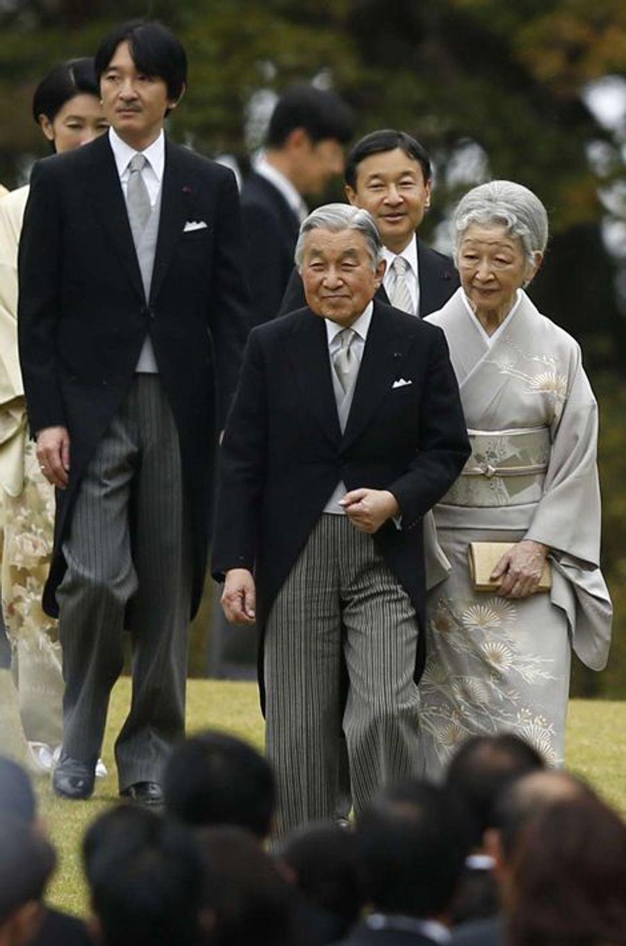 L'empereur Akihito du Japon et l'impératrice Michiko à la garden-party d'automne dans le Jardin impérial d'Akasaka à Tokyo, le 6 novembr...