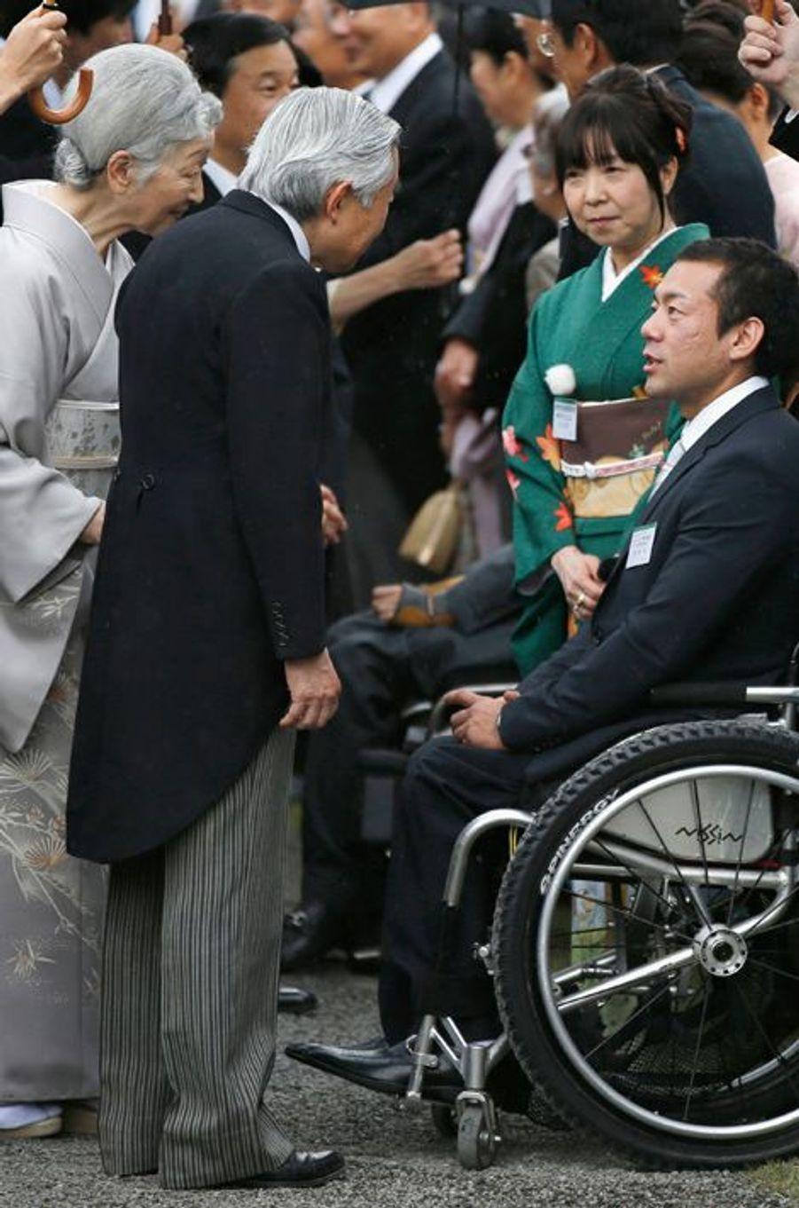 L'empereur Akihito du Japon et l'impératrice Michiko avec le champion paralympique Akira Kano, le 6 novembre 2014