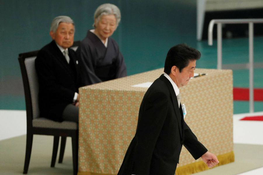 L'impératrice Michiko et l'empereur Akihito du Japon avec Shinzo Abe à Tokyo, le 15 août 2018