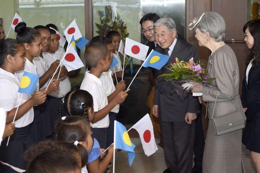 L'emperereur Akihito et l'mpératrice Michiko du Japon à leur arrivée aux Palaos, le 7 avril 2015