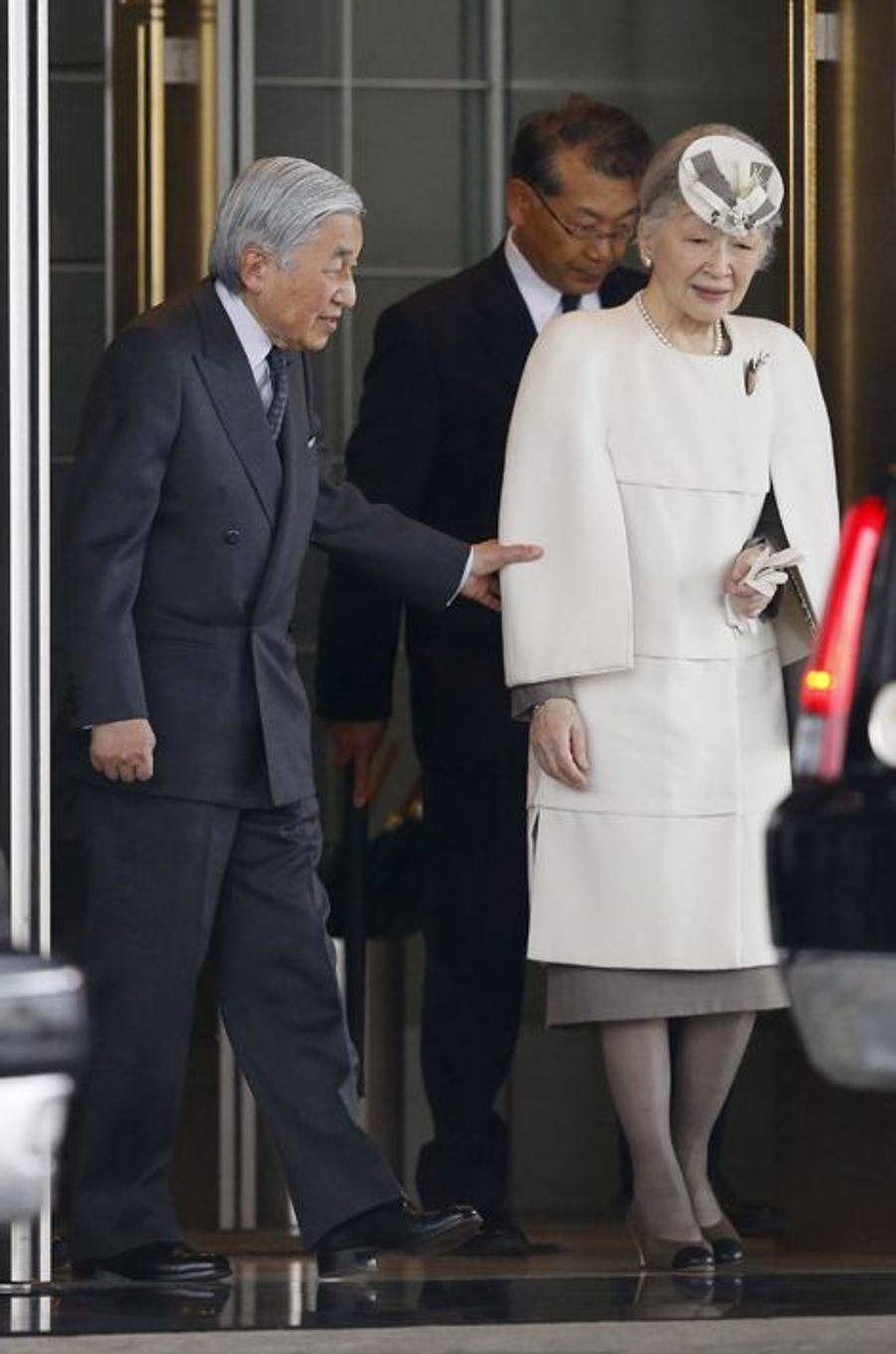 L'empereur Akihito et l'mpératrice Michiko du Japon à l'aéroport de Tokyo-Haneda, le 7 avril 2015