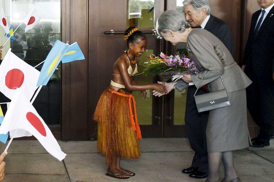 L'empereur Akihito et l'mpératrice Michiko du Japon à leur arrivée aux Palaos, le 7 avril 2015