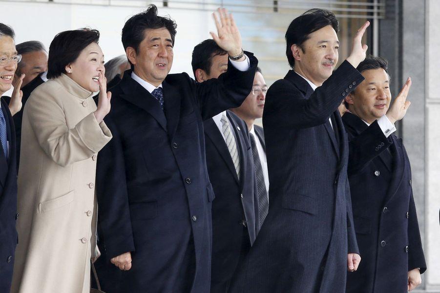Les princes Naruhito et Akishino du Japon, avec Shinzo Abe, à l'aéroport de Tokyo-Haneda, le 7 avril 2015