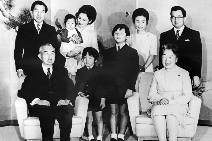L'empereur Hirohito du Japon et l'impératrice Nagako avec certains de leurs enfants et petits-enfants, le 1er janvier 1971