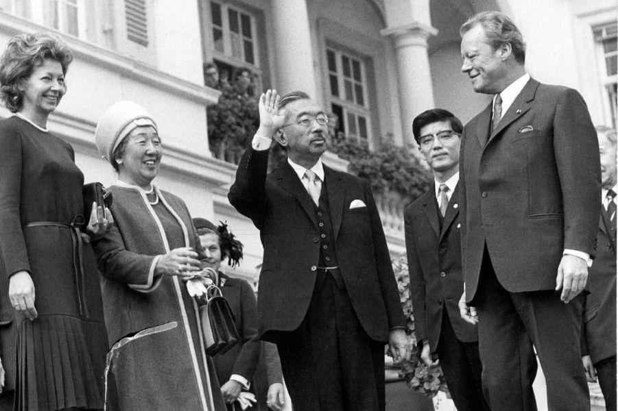 L'empereur Hirohito du Japon avec le chancelier d'Allemagne Willy Brandt, le 13 octobre 1971