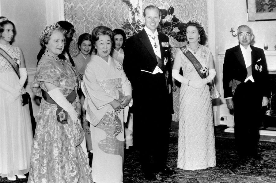 L'empereur Hirohito du Japon avec l'impératrice Nagako, la reine Elizabeth II, le prince Philip et la Queen Mum, le 8 octobre 1971