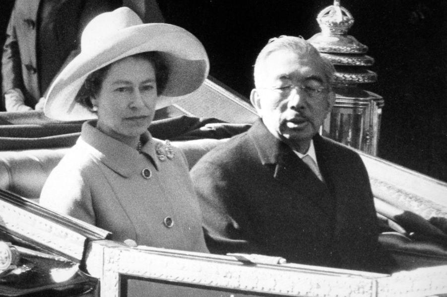 L'empereur Hirohito du Japon avec la reine Elizabeth II, le 5 octobre 1971