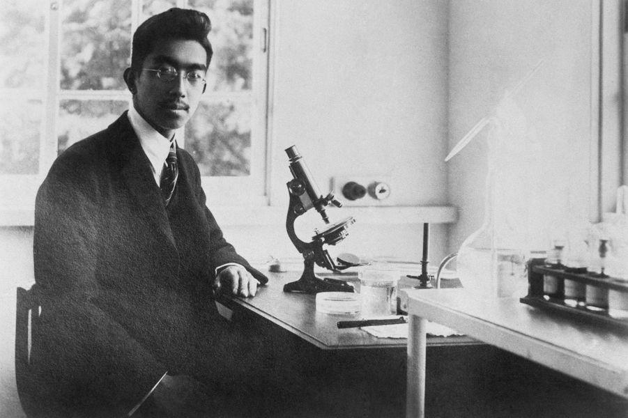 Le prince Hirohito du Japon dans son laboratoire, le 7 janvier 1926