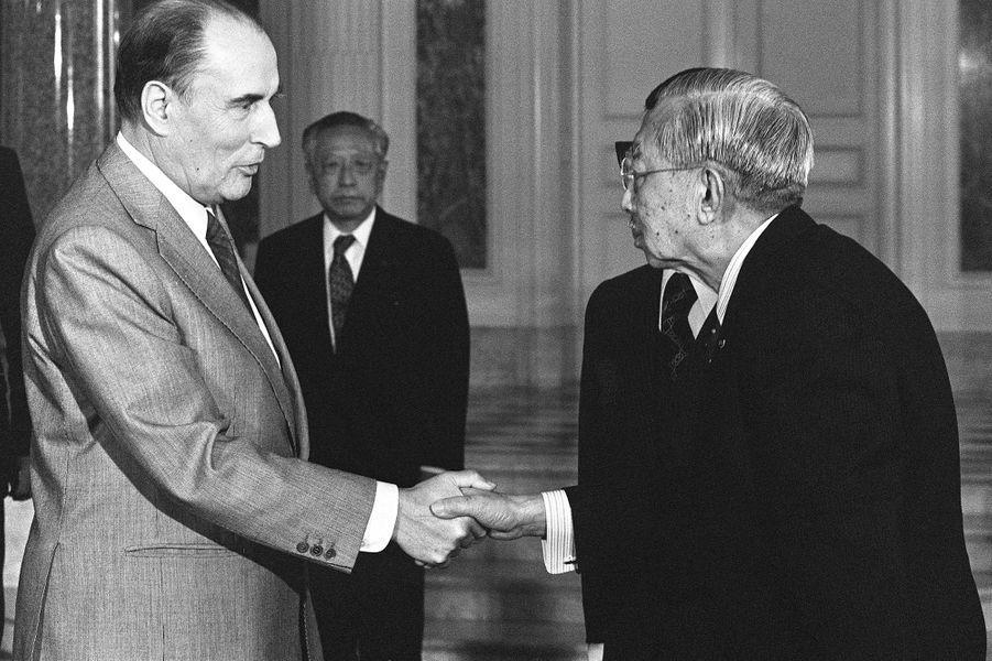L'empereur Hirohito du Japon avec président François Mitterrand, le 17 avril 1982