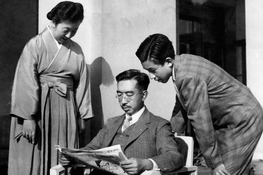 L'empereur Hirohito du Japon avec son épouse et son fils le prince Akihito, dans les années 1950