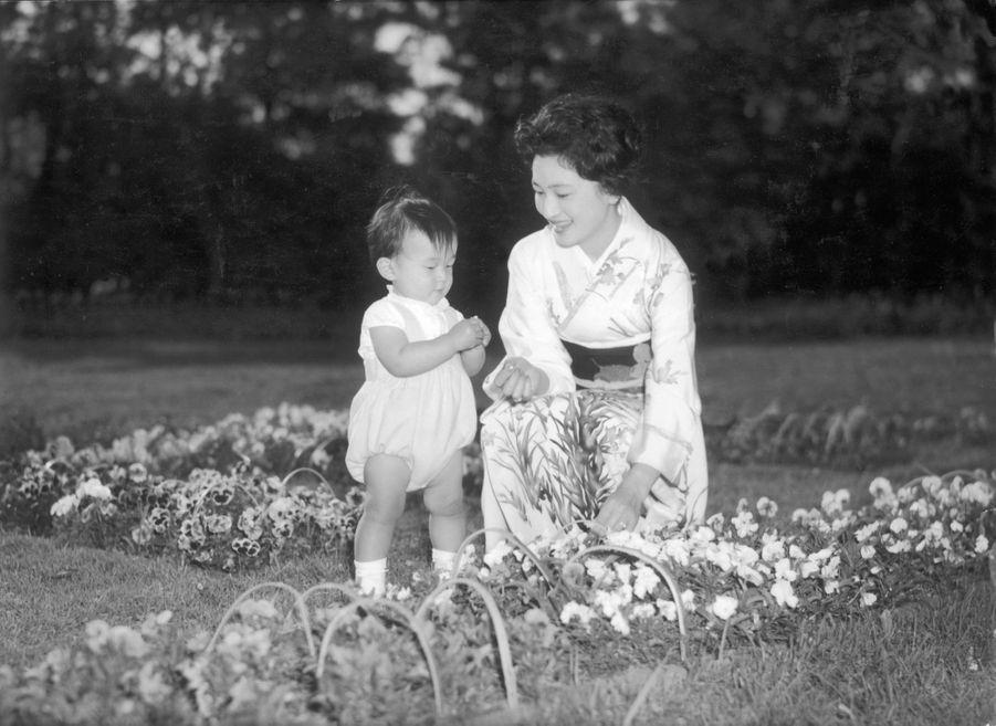 Le prince Naruhito du Japon avec sa mère la princesse Michiko, le 5 mai 1961