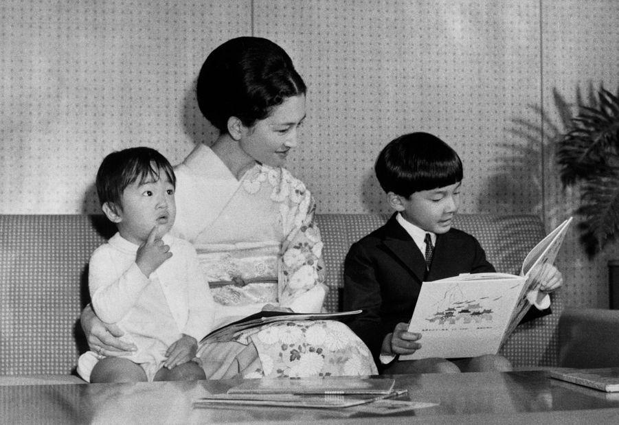 Le prince Naruhito du Japon avec sa mère la princesse Michiko et son frère le prince Fumihito, le 24 octobre 1967