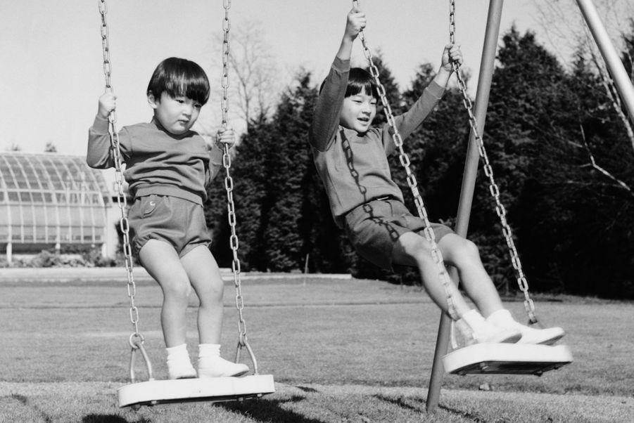 Le prince Naruhito du Japon avec son frère le prince Fumihito, en 1968