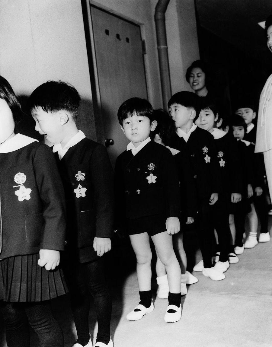 Le prince Naruhito du Japon, en 1964, pour son premier jour d'école