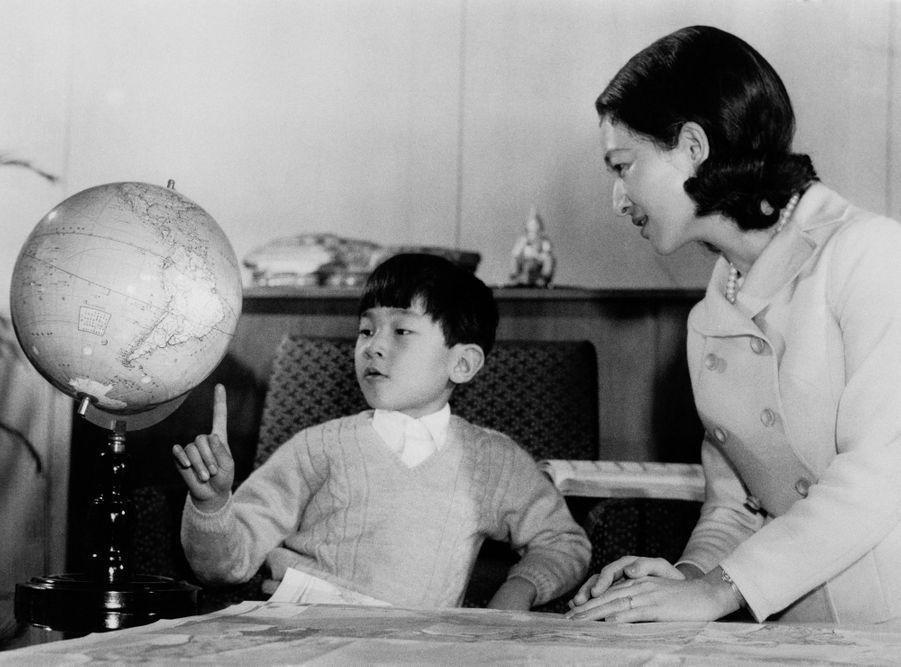 Le prince Naruhito du Japon avec sa mère la princesse Michiko. Photo diffusée pour ses 8 ans, le 23 février 1968