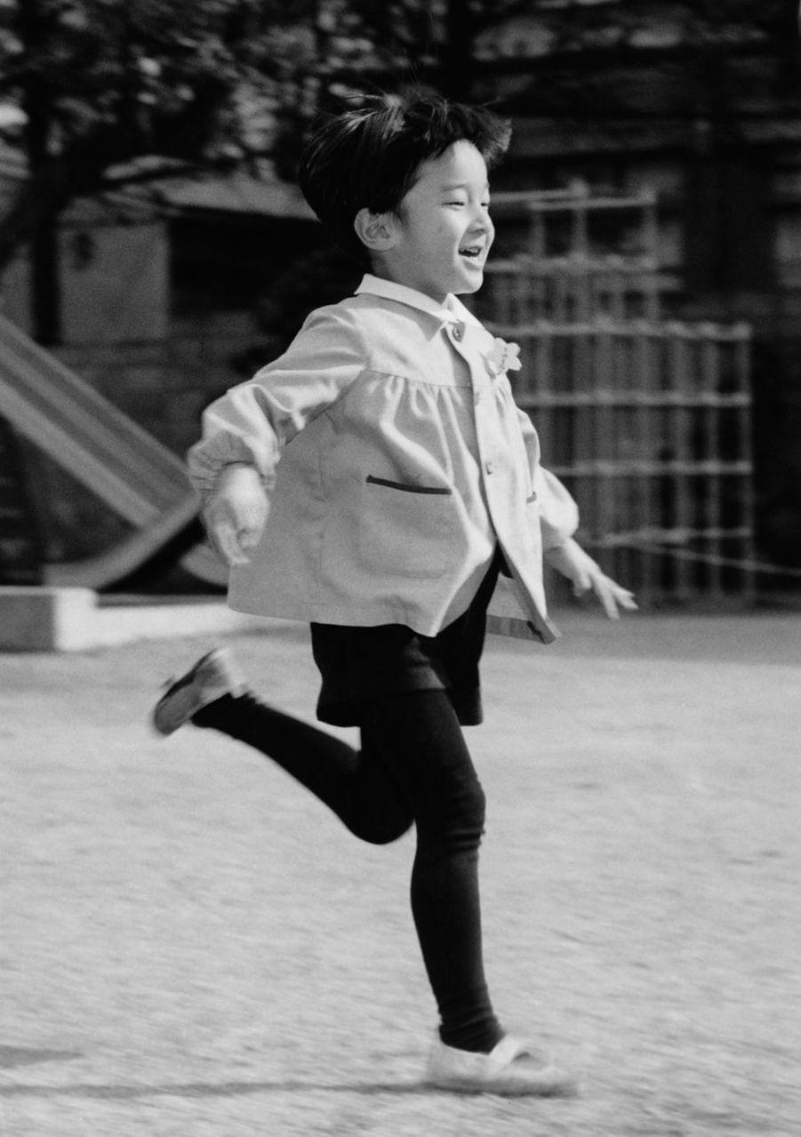 Le prince Naruhito du Japon en février 1966