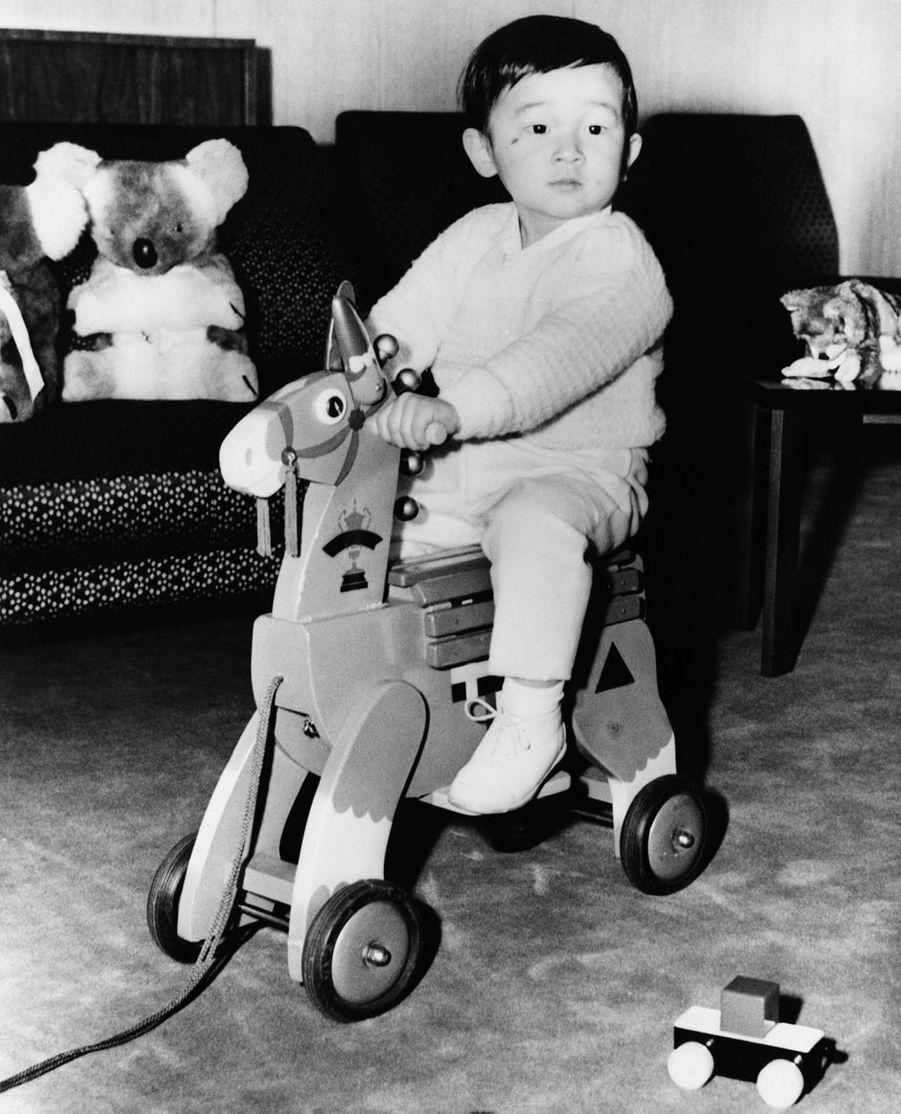 Le prince Naruhito du Japon. Photo de ses 2 ans, diffusée le 23 février 1962