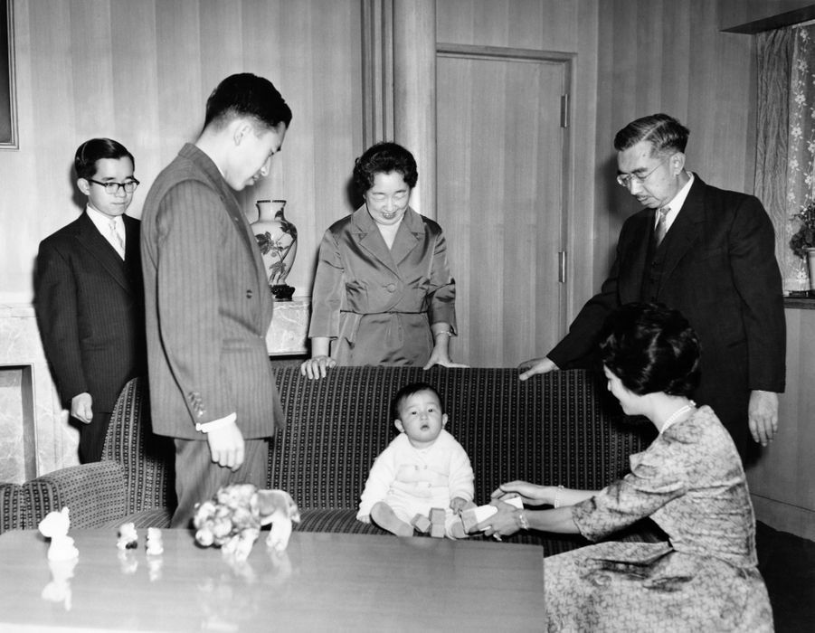 Le prince Naruhito du Japon avec ses parents le prince héritier Akihito et la princesse Michiko, ses grands-parents l'empereur Hirohito et l'impératrice Nagako, et son oncle le prince Hitachi, le 1er janvier 1961