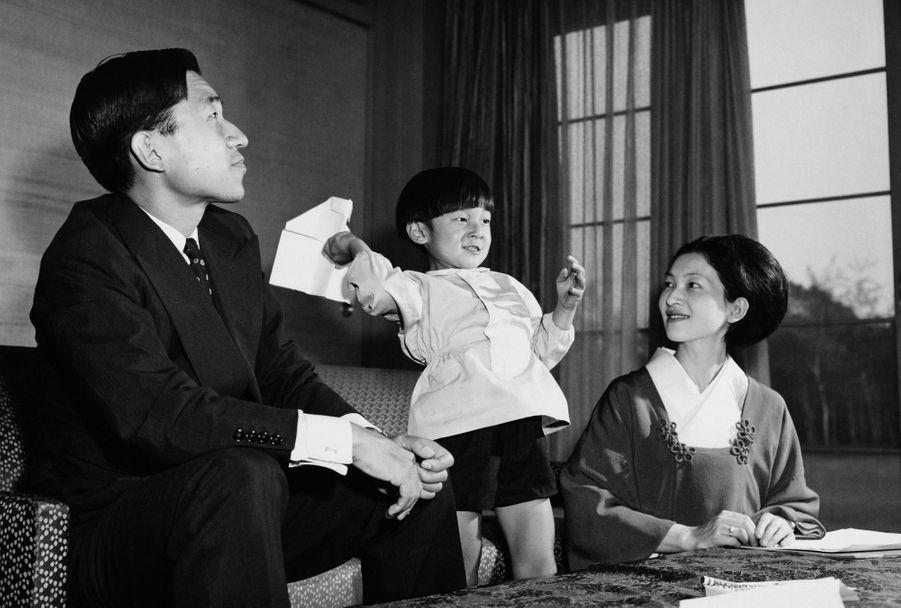 Le prince Naruhito du Japon avec ses parents le prince héritier Akihito et la princesse Michiko. Photo diffusée pour ses 5 ans, le 23 février 1965