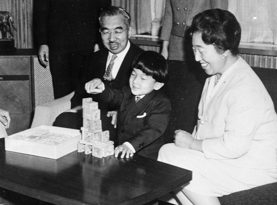 Le prince Naruhito du Japon, avec ses grands-parents l'empereur Hirohito et l'impératrice Nagako, le 31 décembre 1965