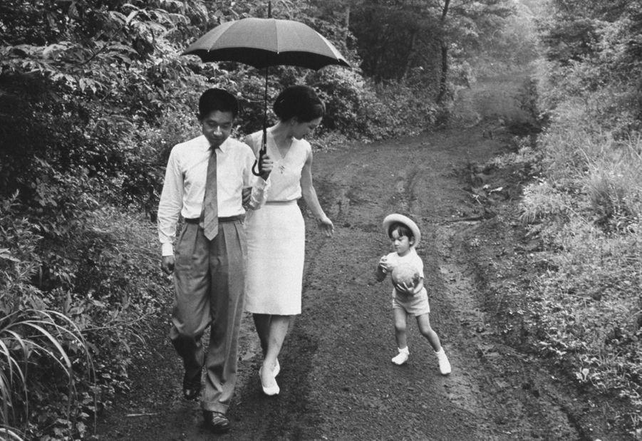 Le prince Naruhito du Japon avec ses parents le prince héritier Akihito et la princesse Michiko, en janvier 1964