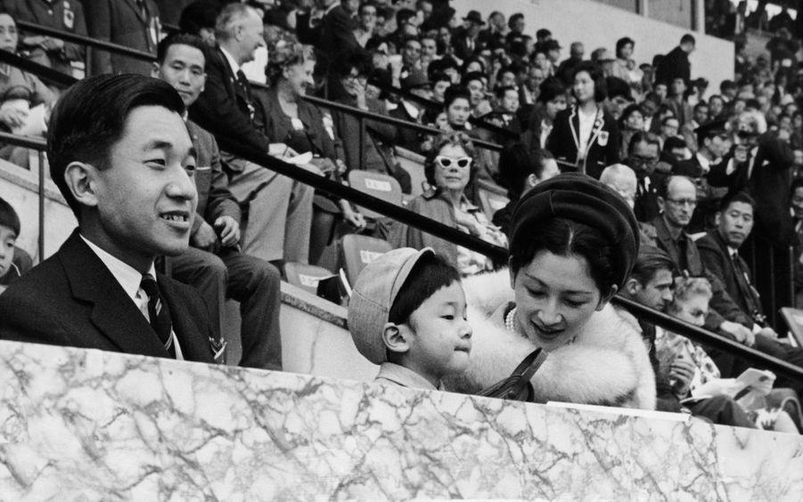 Le prince Naruhito du Japon avec ses parents le prince héritier Akihito et la princesse Michiko, lors de Jeux olympiques de Tokyo à l'été 1964
