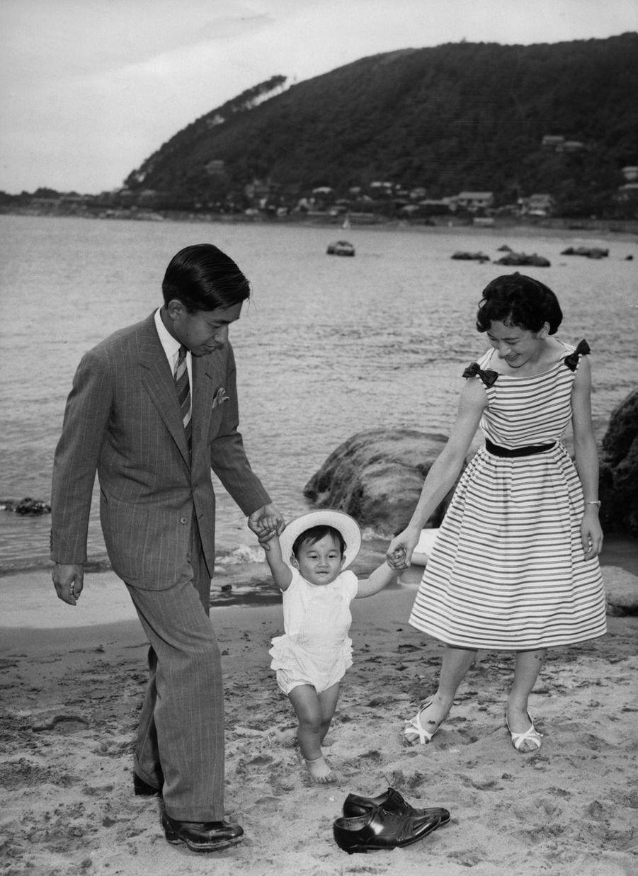 Le prince Naruhito du Japon avec ses parents le prince héritier Akihito et la princesse Michiko, le 29 juin 1961