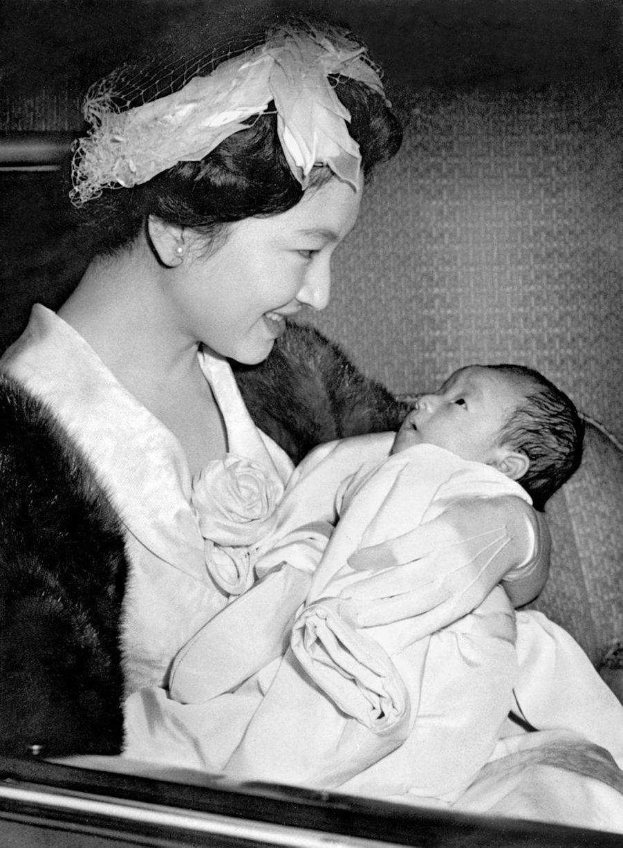 Le prince Naruhito du Japon avec sa mère la princesse Michiko, en avril 1960