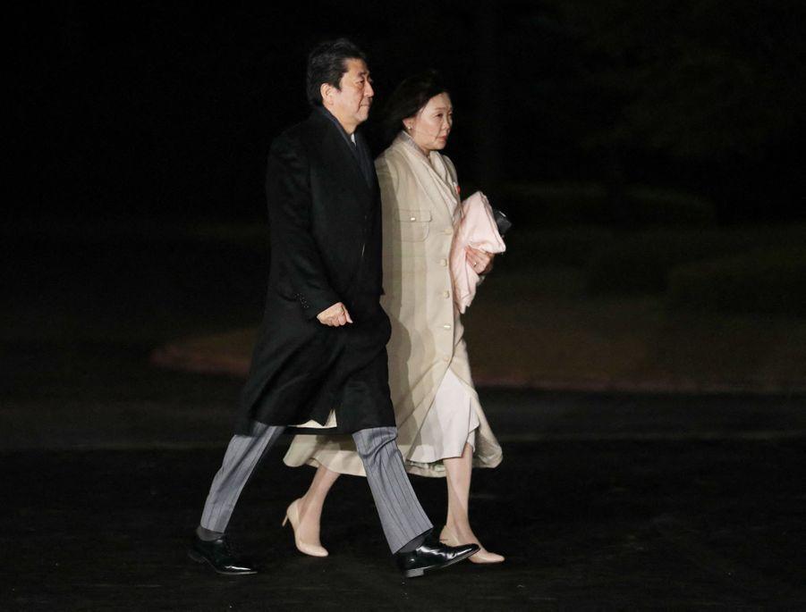 Le Premier ministre du Japon Shinzo Abe et sa femme arrivent pour la cérémonie du Daijosai à Tokyo, le 14 novembre 2019