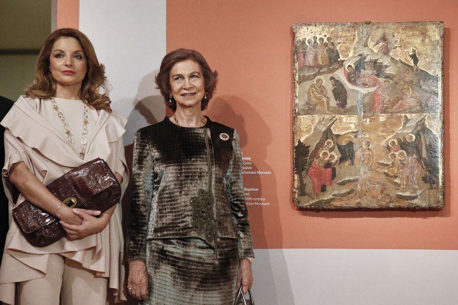 Sofia d'Espagne inaugure l'exposition El Greco, avec la ministre de la Culture grecque, à Athènes, le 20 novembre 2014