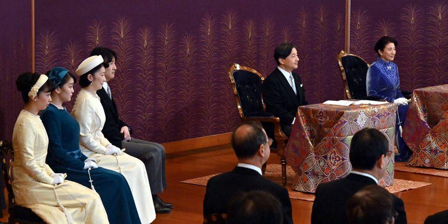 L'empereur Naruhito et l'impératrice Masako du Japon avec le prince Akishino et les princesses Kiko, Mako et Kako au Palais impérial à Tokyo, le 14 janvier 2020