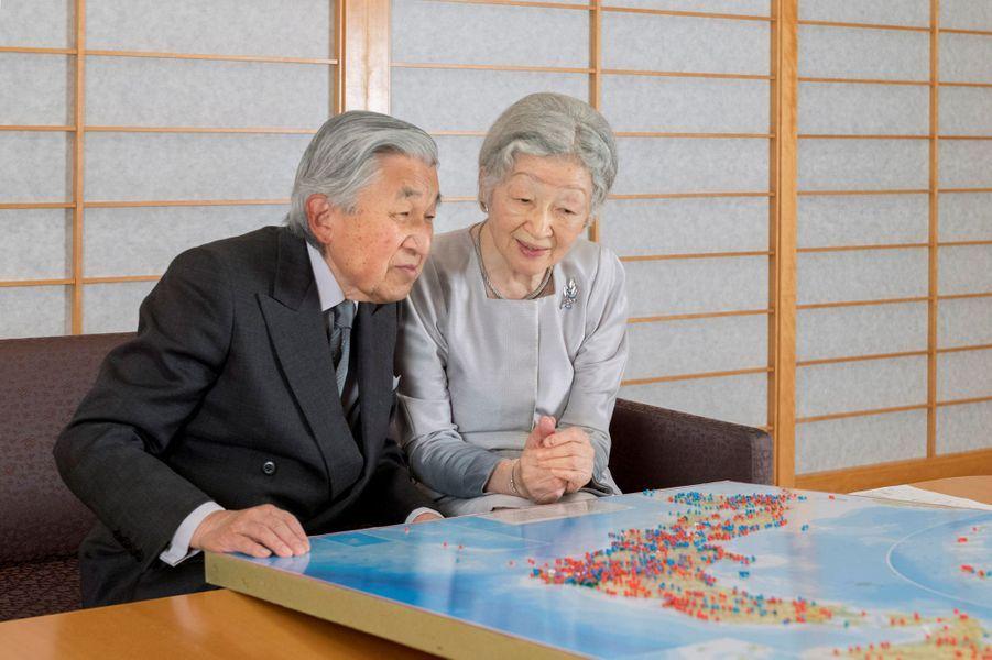 L'impératrice Michiko du Japon avec l'empereur Akihito regardent les lieux qu'ils ont visités au Palais impérial à Tokyo, le 10 octobre 2018