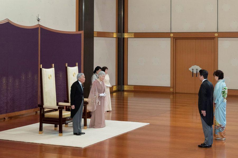 L'empereur Akihito du Japon et l'impératrice Michiko avec le Premier ministre nippon et sa femme à Tokyo, le 10 avril 2019