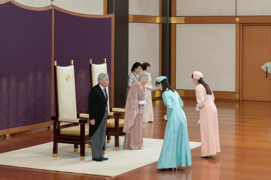 L'empereur Akihito du Japon et l'impératrice Michiko avec les princesses Kako et Mako à Tokyo, le 10 avril 2019