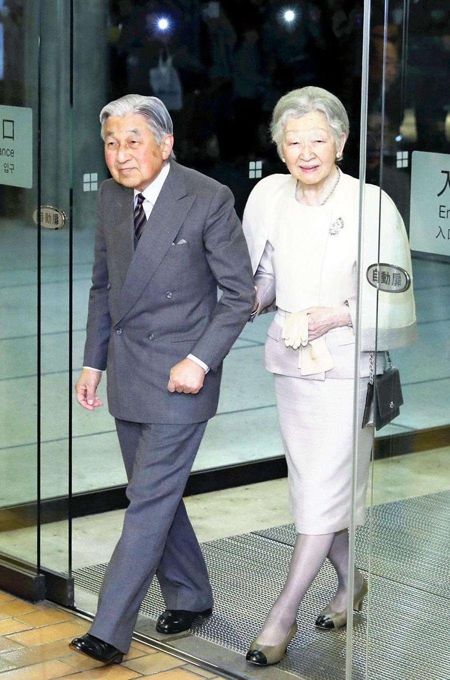 L'impératrice Michiko et l'empereur Akihito du Japon arrivent au Musée national de l'Art occidental à Tokyo, le 14 janvier 2019