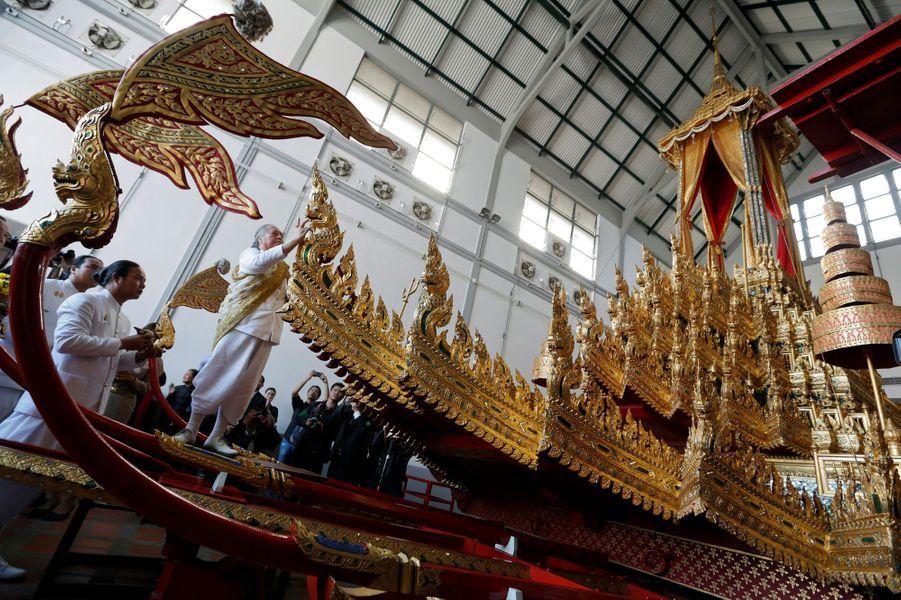 Cérémonie lançant la restauration du chariot royal pour les obsèques de l'ancien roi de Thaïlande Bhumibol Adulyadej, à Bangkok le 19 décembre 2016